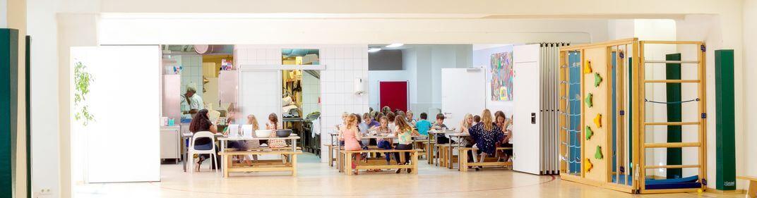 Kinder beim Essen in der Pause