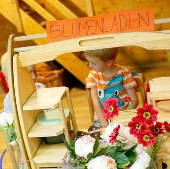 Junge spielt mit Blumenladen in der Villa Kunterbunt - Kindergarten in Wien 1070