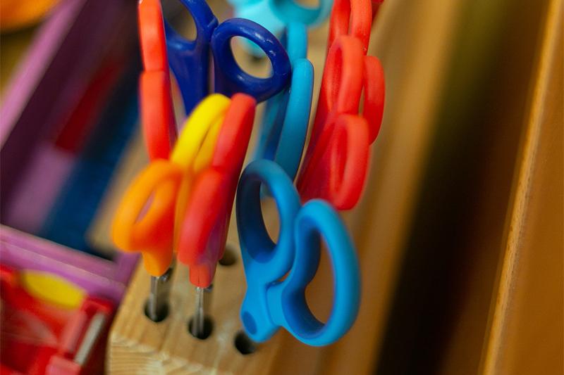 Bastelsachen und Scheren im Kindergarten