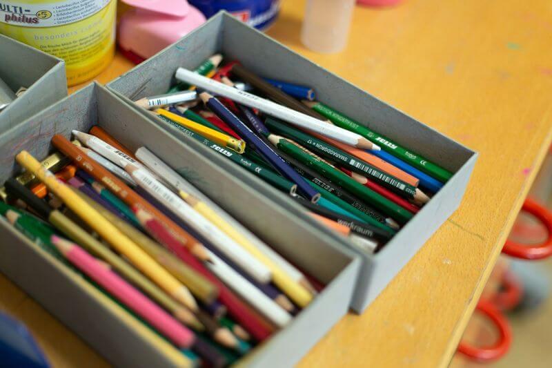 Malsachen im Kindergarten. Schachtel mit bunten Stiften