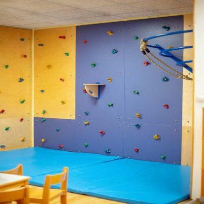 Kletterwand für die Kleinsten. Kindergarten in Wien